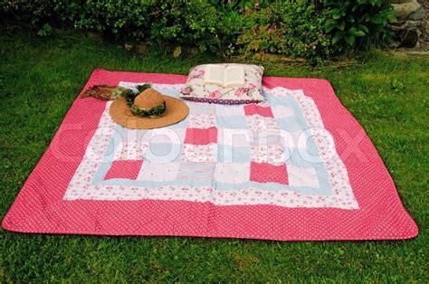 Decke Und Kissen In Einem by Entspannen In Einem Garten Mit Einer Decke Strohhut