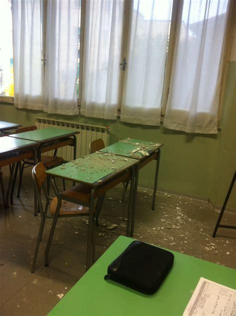 comune di lerici ufficio tecnico cade pezzo di intonaco durante la lezione evacuata aula