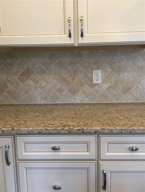 kitchen backsplash travertine tile 25 best ideas about travertine backsplash on