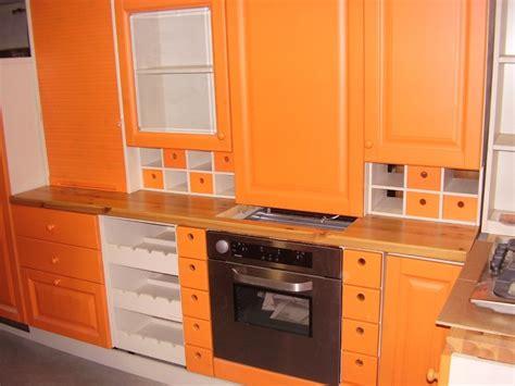 cucina arancione cucina in legno massello color arancione ad angolo stock