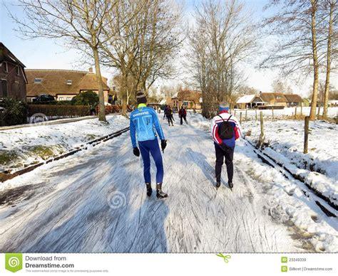 fotos holanda invierno los patinadores de hielo en invierno ajardinan en holanda