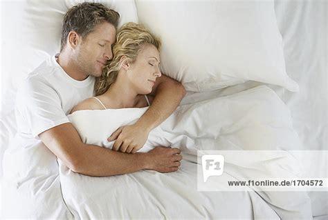 mann und frau im bett mann und frau im bett schlafen kuscheln lizenzfreies