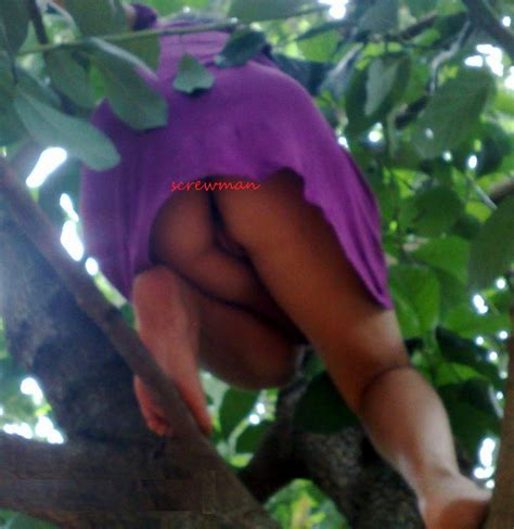 Desi Girl Upskirt Without Panties Climbing A Treee Xossip