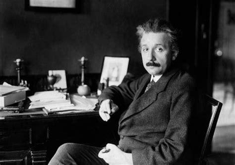Albert Einstein Desk by 10 Things Successful Keep On Their Desks