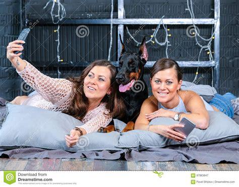 donna gemelli a letto gemelli fanno selfie a letto con il grande