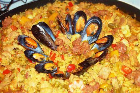 cucinare la paella di pesce paella di carne e pesce a tavola con elvezia