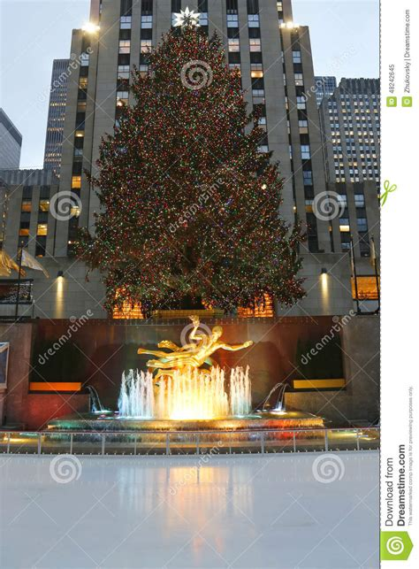 lower plaza of rockefeller center with ice skating rink