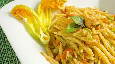 pasta con fiori di zucca ricetta troffiette con vongole fiori di zucca e zafferano