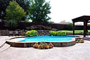 Traditional Pool And Spa With Raised Beam Wall