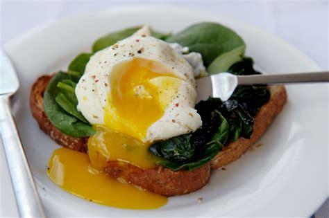cucinare uovo in camicia ricetta uovo in camicia ricette di buttalapasta