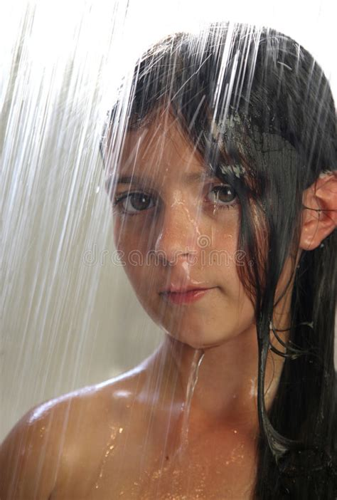 ragazze nella doccia ragazza nella doccia fotografia stock immagine di
