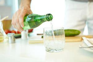 acqua in bottiglia o rubinetto acqua giornale cibo
