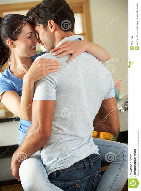 cuisiner l 駱eautre couples romantiques 233 treignant dans la cuisine images
