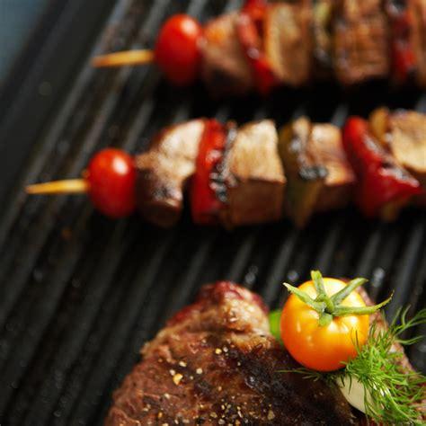 cuisiner avec une plancha cuisiner pas cher en ao 251 t le barbecue vs la plancha