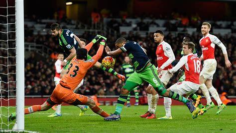 arsenal goalie arsenal 1 2 swansea petr cech suffers calf injury as