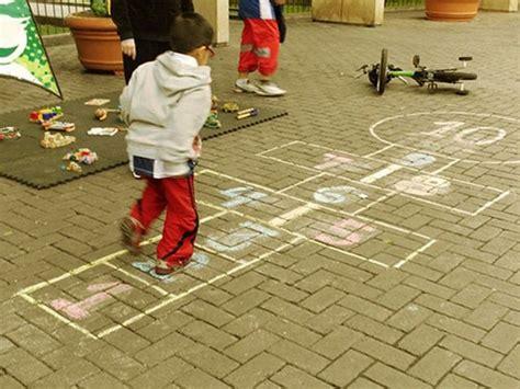 imagenes de niños jugando la rayuela juego de la rayuela las reglas y la historia ella hoy
