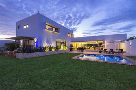 house inspiration fachada de casa con silueta blanca visualmente contrastada
