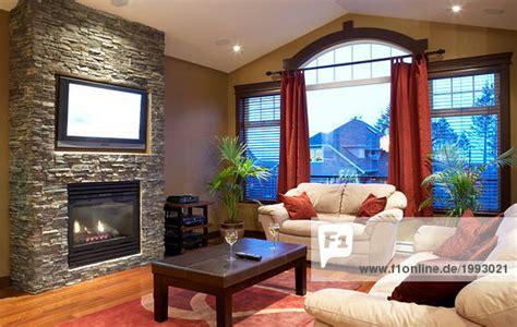 kamin mit fernseher moderne wohnzimmer mit kamin und flachbildschirm fernseher