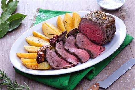 come cucinare il roast beef ricetta roast beef al forno con funghi e patate la