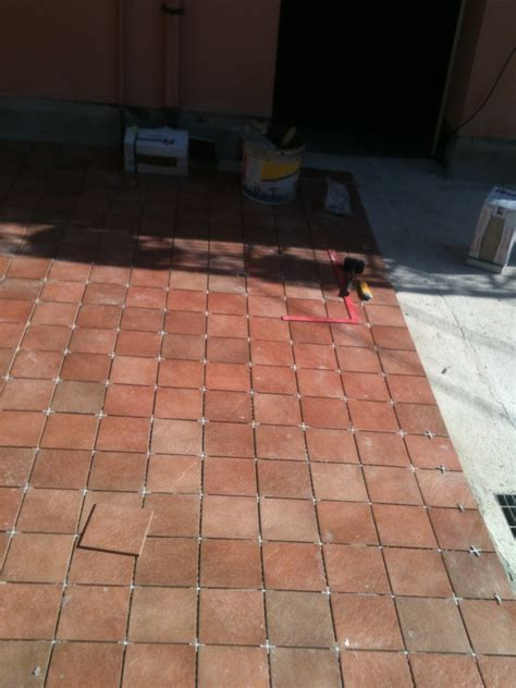 posa pavimento esterno foto posa pavimento in gres porcellanato da esterno di