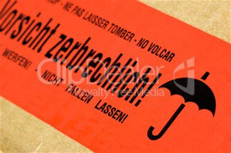 Aufkleber Paket Zerbrechlich by Paket Mit Aufkleber Vorsicht Zerbrechlich Lizenzfreie