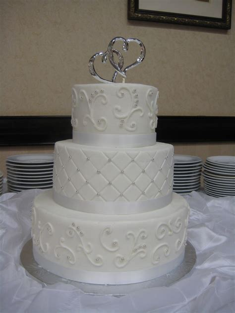 pattern cakes pinterest 3 tier round wedding cake with scrollwork and diamond