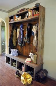 Perfect way to style and organize this entryway for all the kiddos