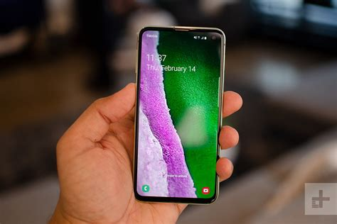 5 ways samsung s galaxy s10e is like apple s iphone xr digital trends