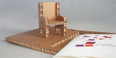 sedia di cartone la sedia di cartone in un confanetto con un mini book un