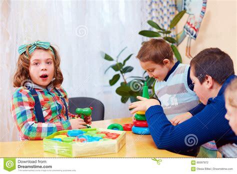 lade bambino lade per bambini proiettano gruppo di bambini