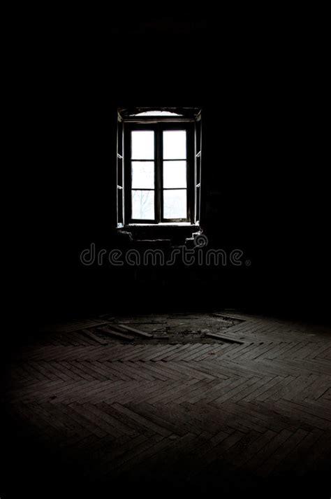 imagenes cuartos oscuros ventana en un cuarto oscuro foto de archivo imagen de