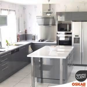 cuisine avec ilot central grise et brillante style design