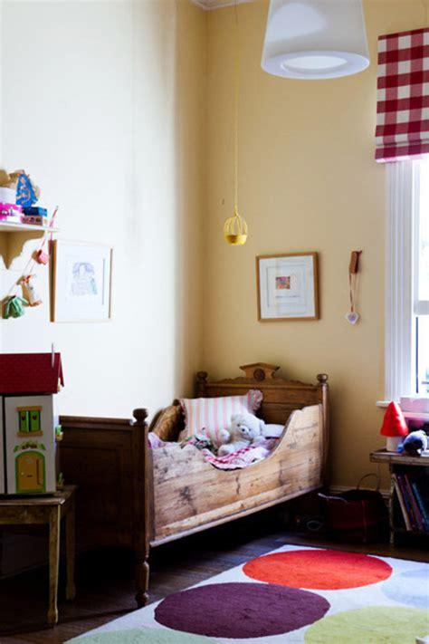 store chambre enfant une chambre enfant r 233 tro avec un lit bateau en bois