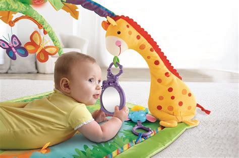 ab wann können baby den kopf halten wann braucht mein baby welches spielzeug spielsachen de
