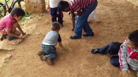 imagenes niños jugando a las canicas ni 241 os jugando canicas youtube