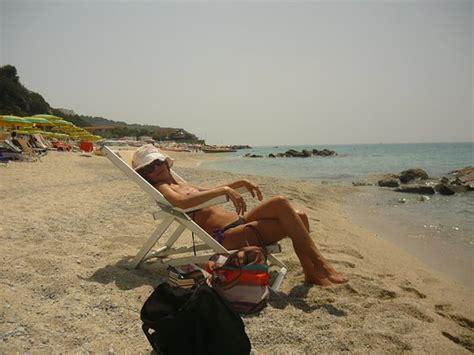 villaggio il gabbiano recensioni moglie in relax sulla spiaggia foto di villaggio il
