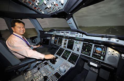 cabina di pilotaggio airbus a380 nella cabina pilota con il comandante di bordo a