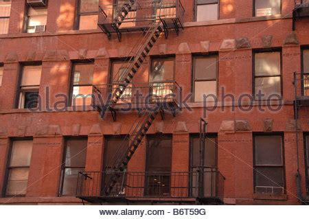 wohnung in new york city farbenfrohe wohnung mietskasernen mit feuerleitern in new