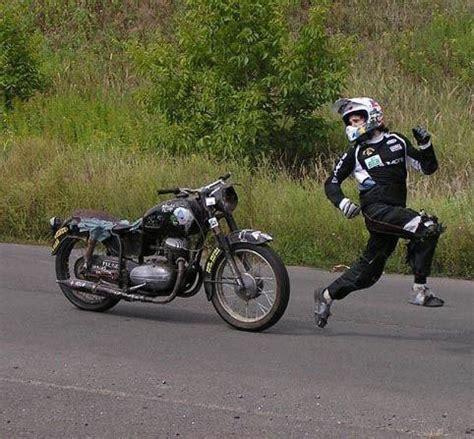 Bike Carousel Yang Lucu Unik gambar pembalap lucu dikejar motor foto dan gambar lucu