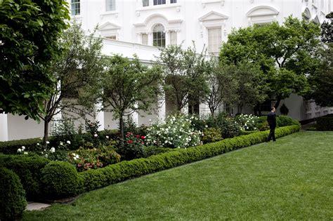 File Barack Obama Takes A Stroll Through The White House Rose Garden Jpg Wikimedia Commons