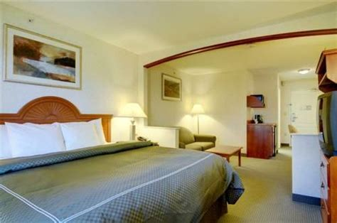 schaumburg il hotels with in room comfort suites schaumburg schaumburg il aaa