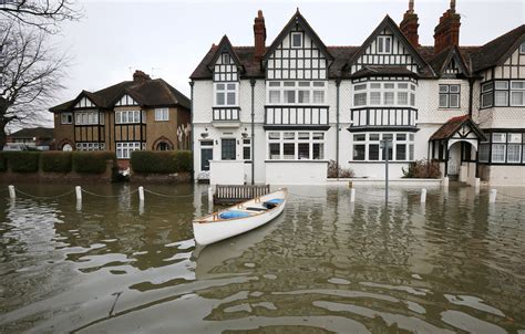 thames river disaster river thames floods west of london threatening thousands