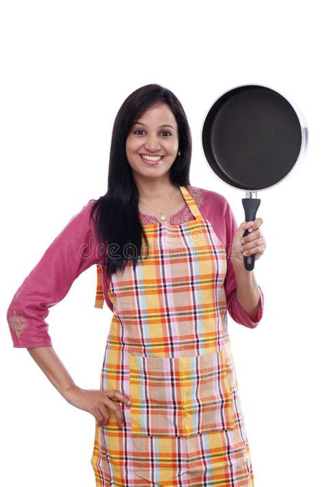 Ustensile De Cuisine Indienne by Femme Indienne Tenant L Ustensile De Cuisine Contre