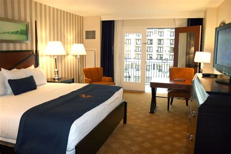 harbor room winter weekend getaway package from gaylord hotels chases away the blues