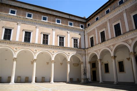 cortile palazzo ducale urbino urbino cortile di palazzo ducale viaggi vacanze e