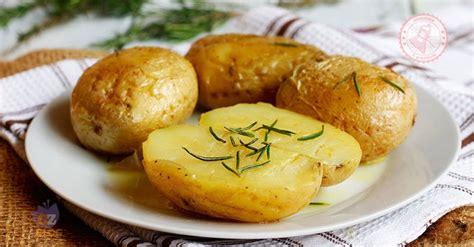 cucinare le patate al microonde patate al microonde ricetta veloce per cuocere le patate