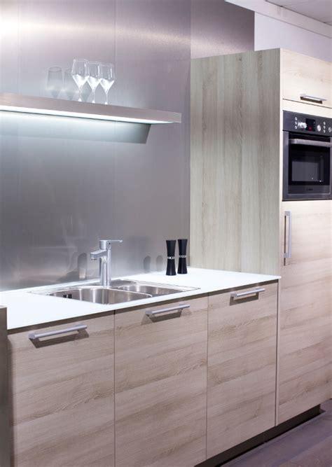 glazen werkblad keuken een aanrechtblad van glas laat je keuken stralen