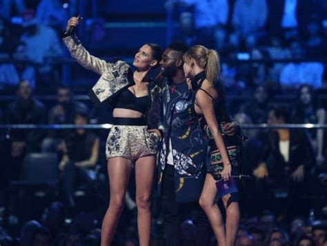 Sn Dress Tine 22 awesome things that happened at the mtv emas 2015 in milan metro news