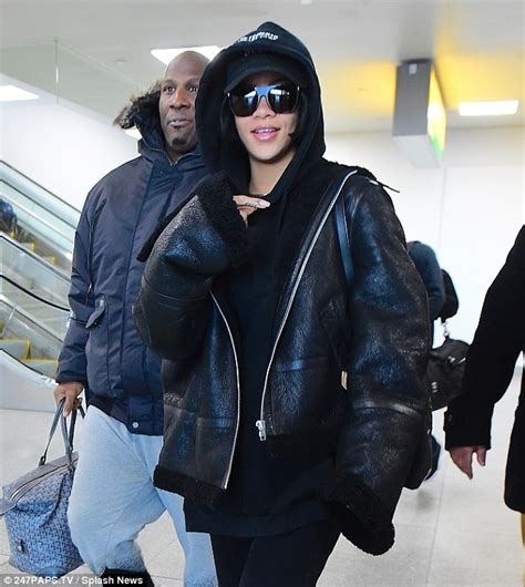 Jaket Kulit Leather Black Bikers Sk 19 rihanna looks stuns she jets into new york for the city s fashion week daily mail