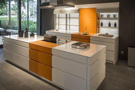 küchen mit dunklen schränken und leichten countertops wohnideen wohnzimmer blau